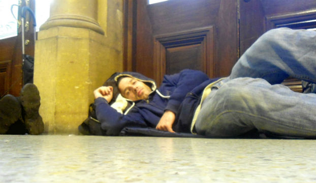 Spavanje na kolodvoru x