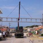 FOTO: Postavljen tri tone težak portal za putokaze na ulazu u Primošten