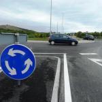 Mladić pijan vozio motor, zabio se u otok na kružnom toku, prijatelj mu teško ozlijeđen