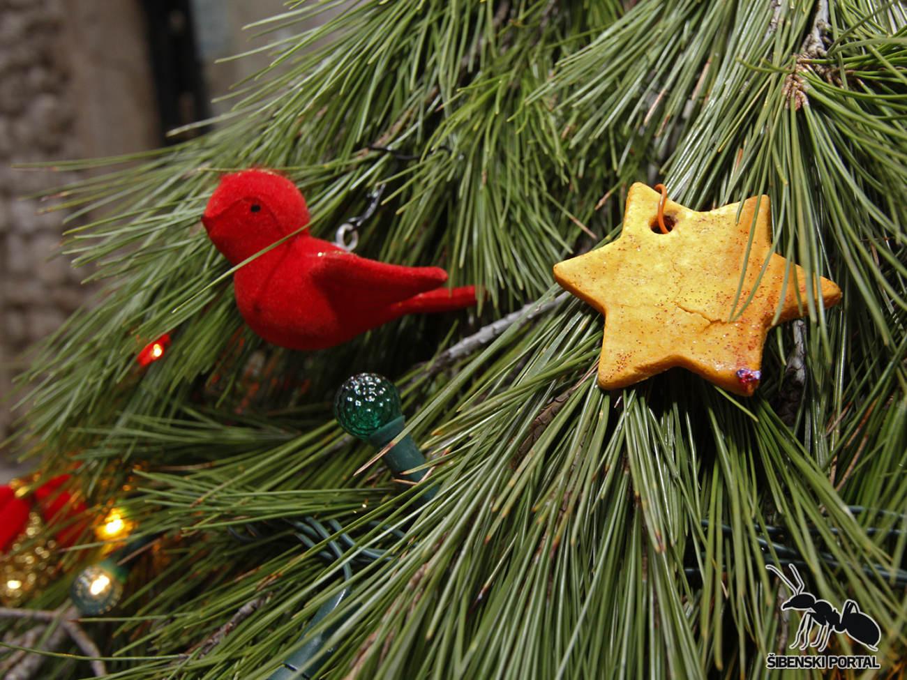 FOTO: Ova je Božićna haljina postala glavna atrakcija u Kalelargi  Najčitani...