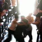 TUČNJAVA U VODICAMA: Trojica pijanih momaka bez razloga pretukla maloljetnika i 25-godišnjaka!