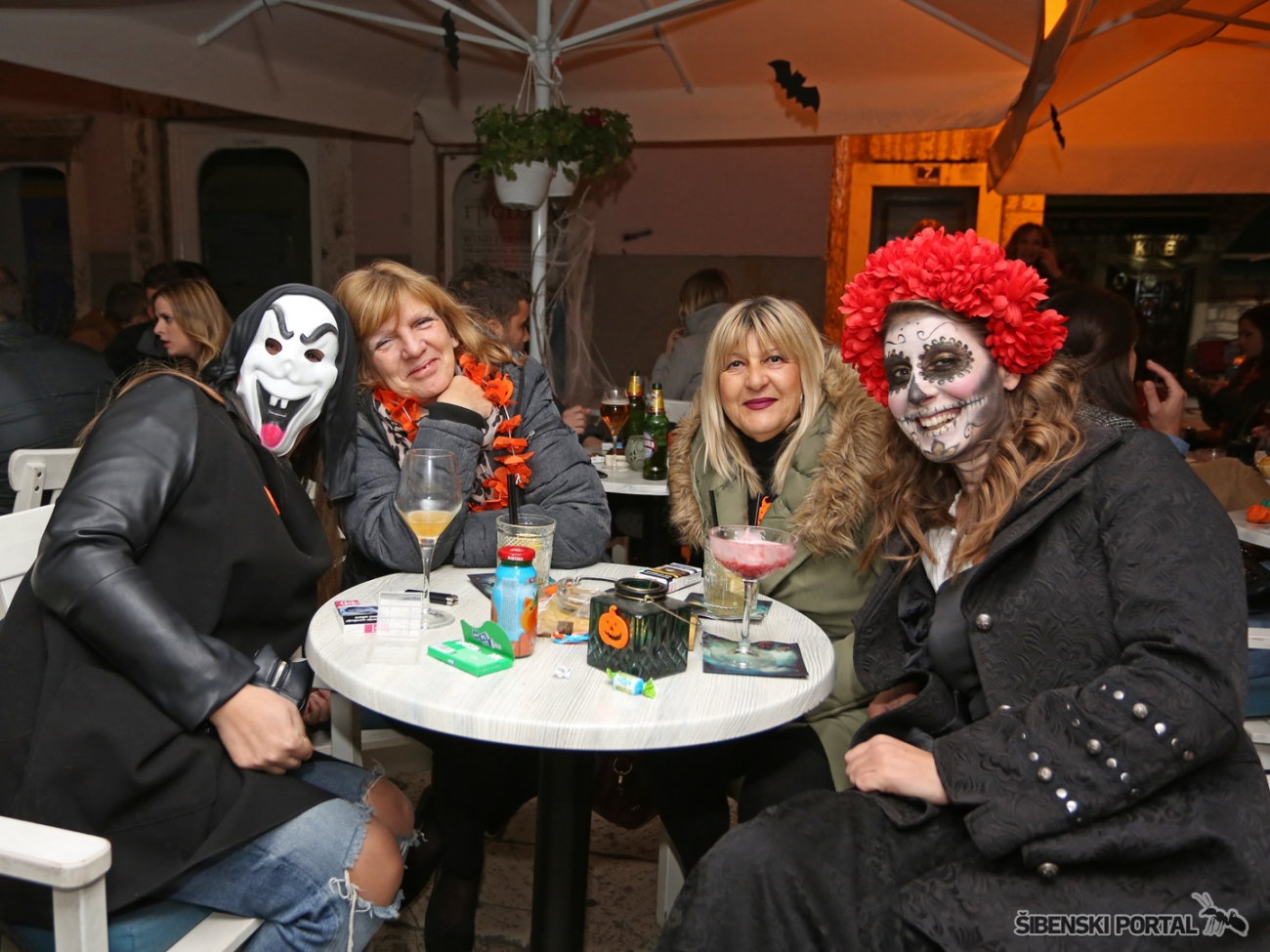 vintage bar halloween party 311017 12