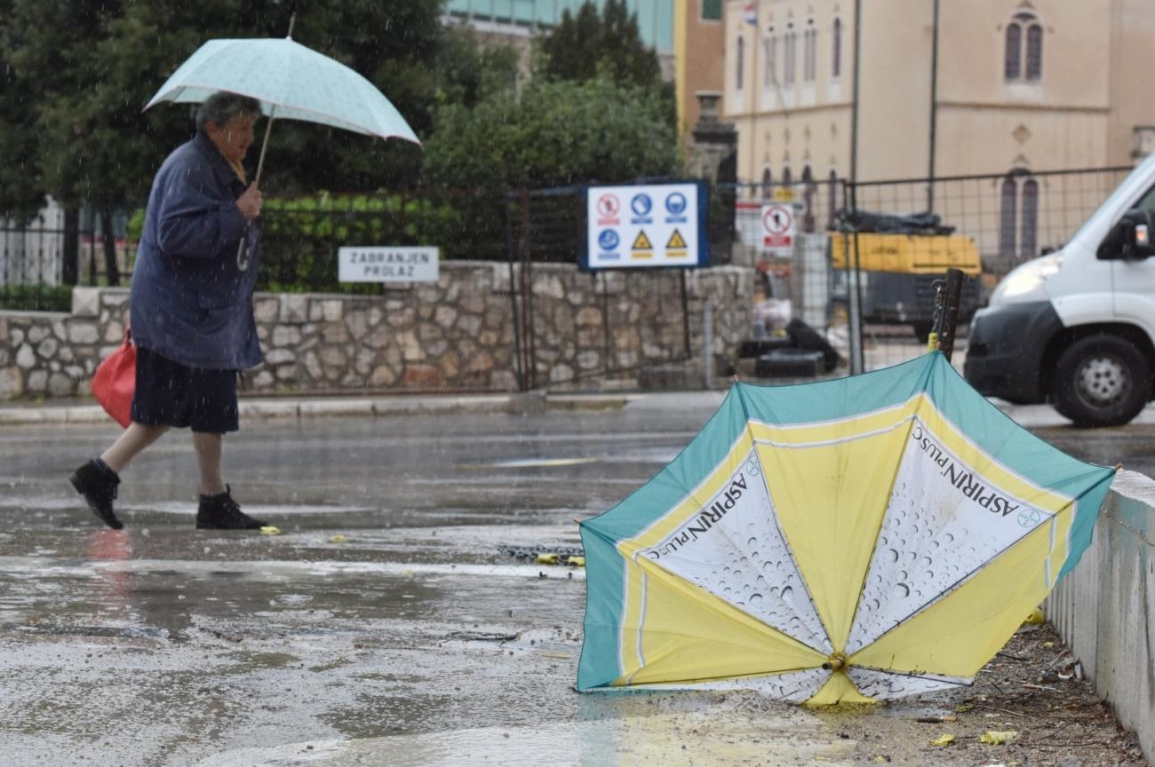 Šibenik: Bura i kiša stvaraju probleme u prometu 26.03.2019., Sibenik - Jaka bura i kisa od jutra na otezavaju promet. Photo: Hrvoje Jelavic/PIXSELL